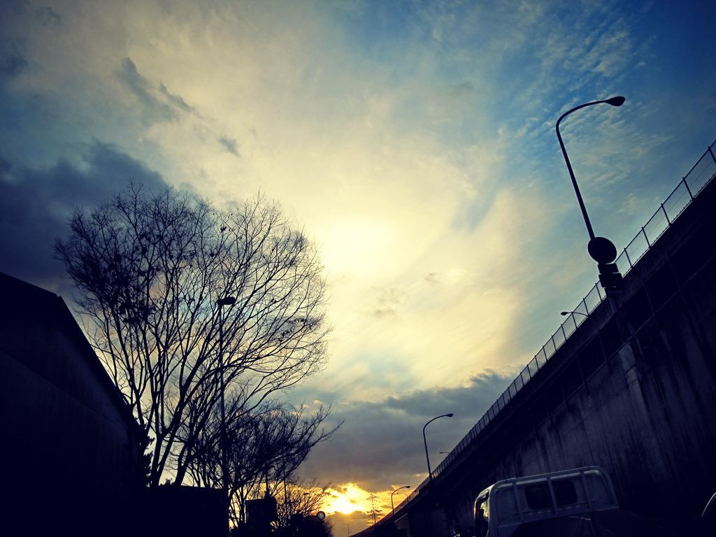 都会の夕暮れ・・・空を見上げる