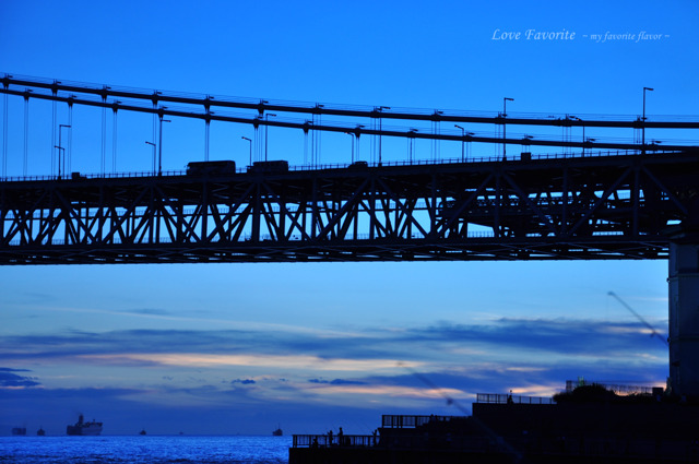夕闇に浮かぶ橋。