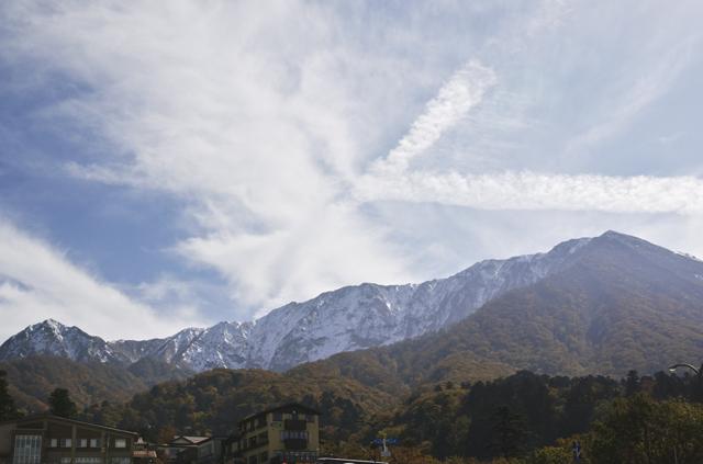 大山冠雪と紅葉