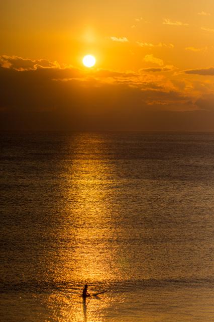 夕日とサーファー