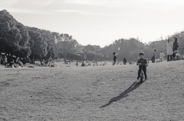 自転車に乗る少年の影