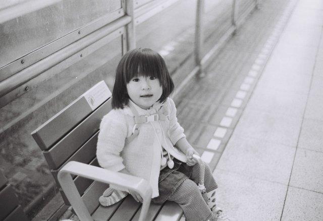 MINOLTA(ミノルタ)のカメラ ライツミノルタ CLで撮影した人物(ホームのベンチにて)の写真(画像)