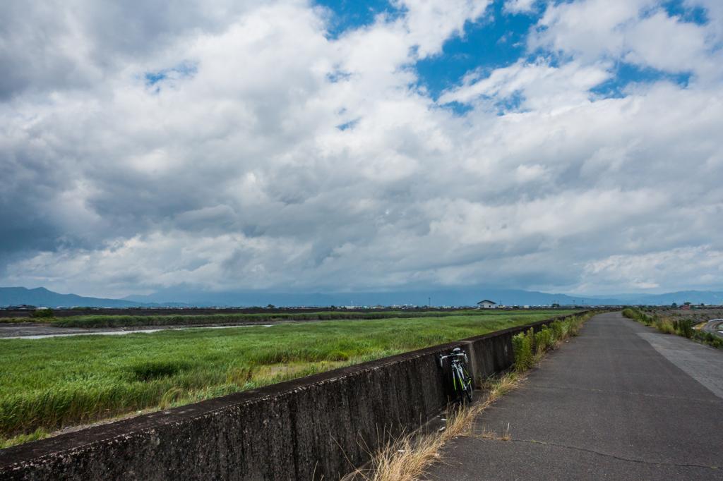 嘉瀬川堤防上