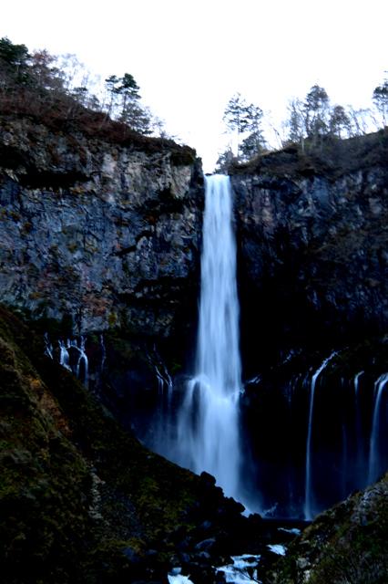 下からみた華厳の滝。