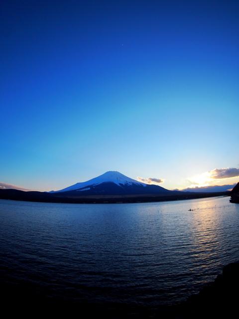 蒼く染まる富士山