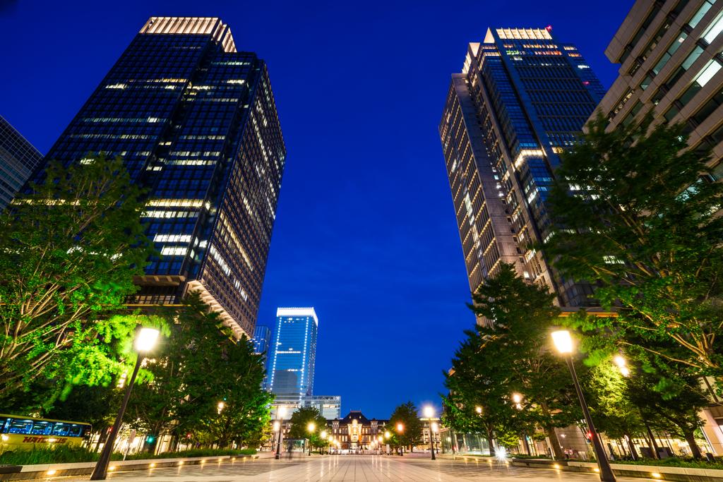 ビルに囲まれた東京駅