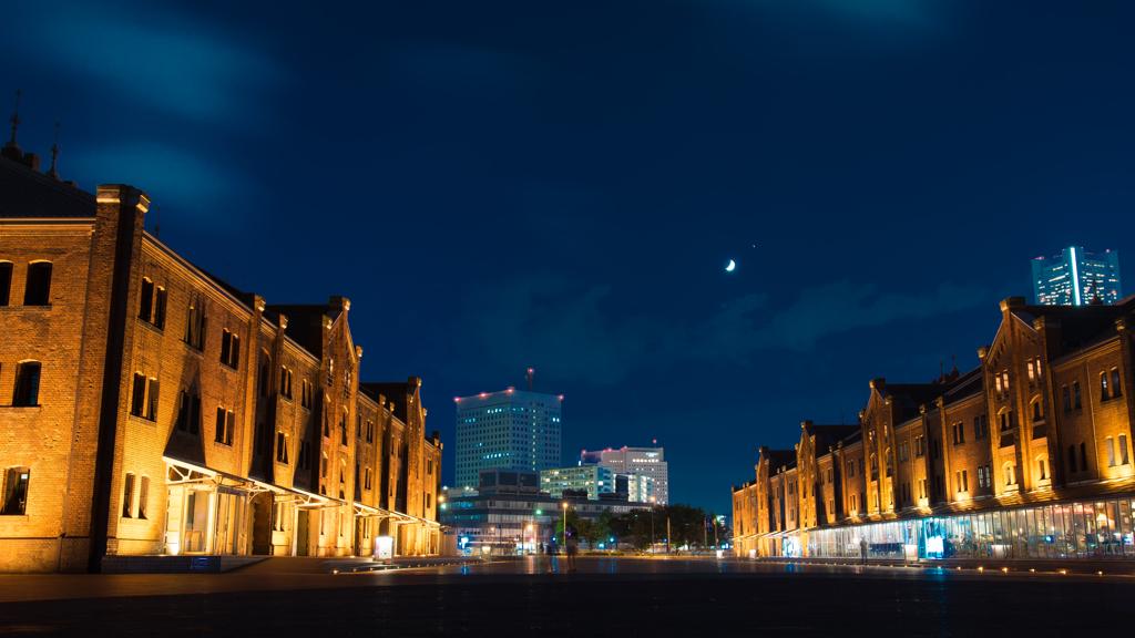 赤レンガ倉庫と月