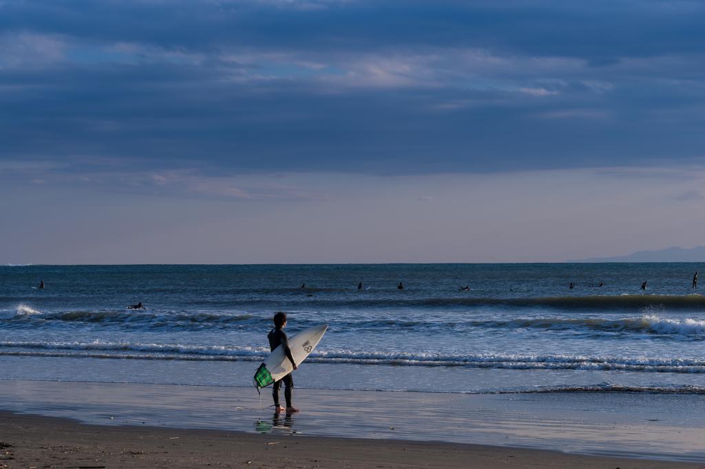 波打ち際サーファー