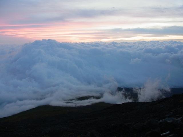 夜明け前の雲波