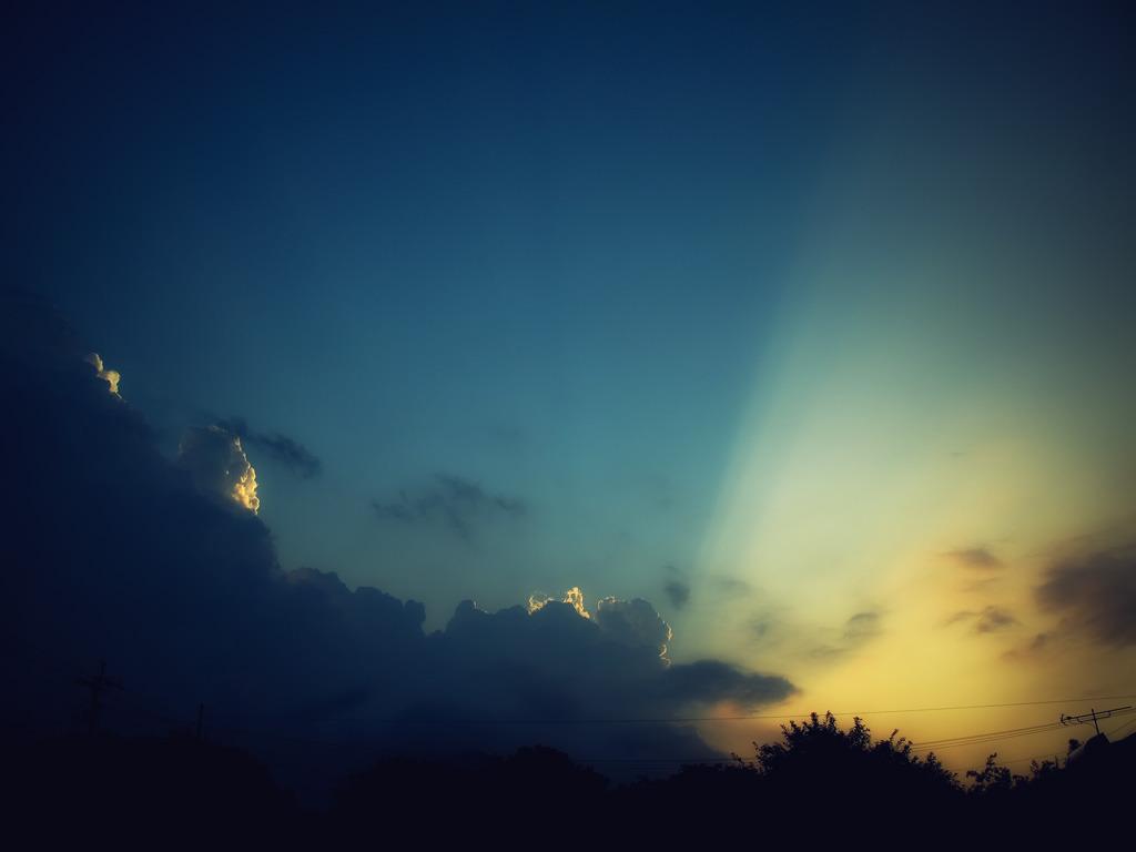 空に放たれた光、空に落とされた影