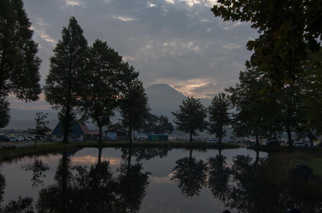木の間から富士山
